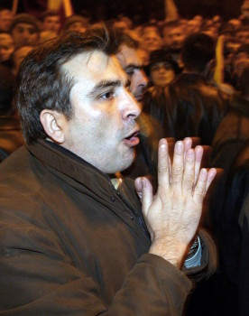 ვარდების რევოლუციის ერთ-ერთი ლიდერი მიხეილ სააკაშვილი დემონსტრანტებთან ერთად თბილისში 2003 წლის 23 ნოემბერი © EPA/SERGEI ILNITSKY