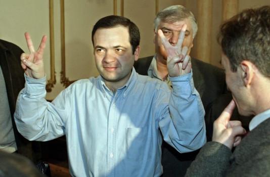 """""""სამართლიანი არჩევნების"""" ხელმძღვანელი ზურაბ ჭიაბერაშვილი უზენაეს სასამართლოში აღნიშნავს სასამართლოს გადაწყვეტილებას 2 ნოემბრის საპარლამენტო არჩევნების შედეგების ნაწილობრივ გაუქმებასთან დაკავშირებით. 2003 წლის 25 ნოემბერი © e Supreme Court in Tbilisi on Tuesday, 25 November 200 © EPA/SERGEI ILNITSKY"""