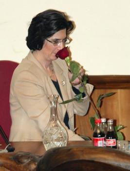 საქართველოს პრეზიდენტის მოვალეობის შემსრულებელი ნინო ბურჯანაძე 2003 წლის რევოლუციის სიმბოლო ვარდთან ერთად 2003 წლის 25 ნოემბერს საპარლამენტო სხდომაზე © EPA/SERGEY DOLZHENKO