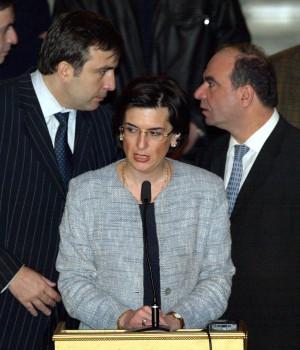 2003 წლის 26 ნოემბერი, პრეზიდენტის მოვალეობის შემსრულებელი ნინო ბურჯანაძე ჟურნალისტებს მიმართავს. მის უკან დგას ვარდების რევოლუციის კიდევ ორი ლიდერი: მიხეილ სააკაშვილი და ნინო ბურჯანაძე © EPA/SERGEY DOLZHENKO