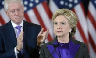 ჰილარი კლინტონი მიმართავს მხარდამჭერებს არჩევნებში დამარცხების შემდეგ. ფოტო: EPA/OLIVIER DOULIERY / POOL