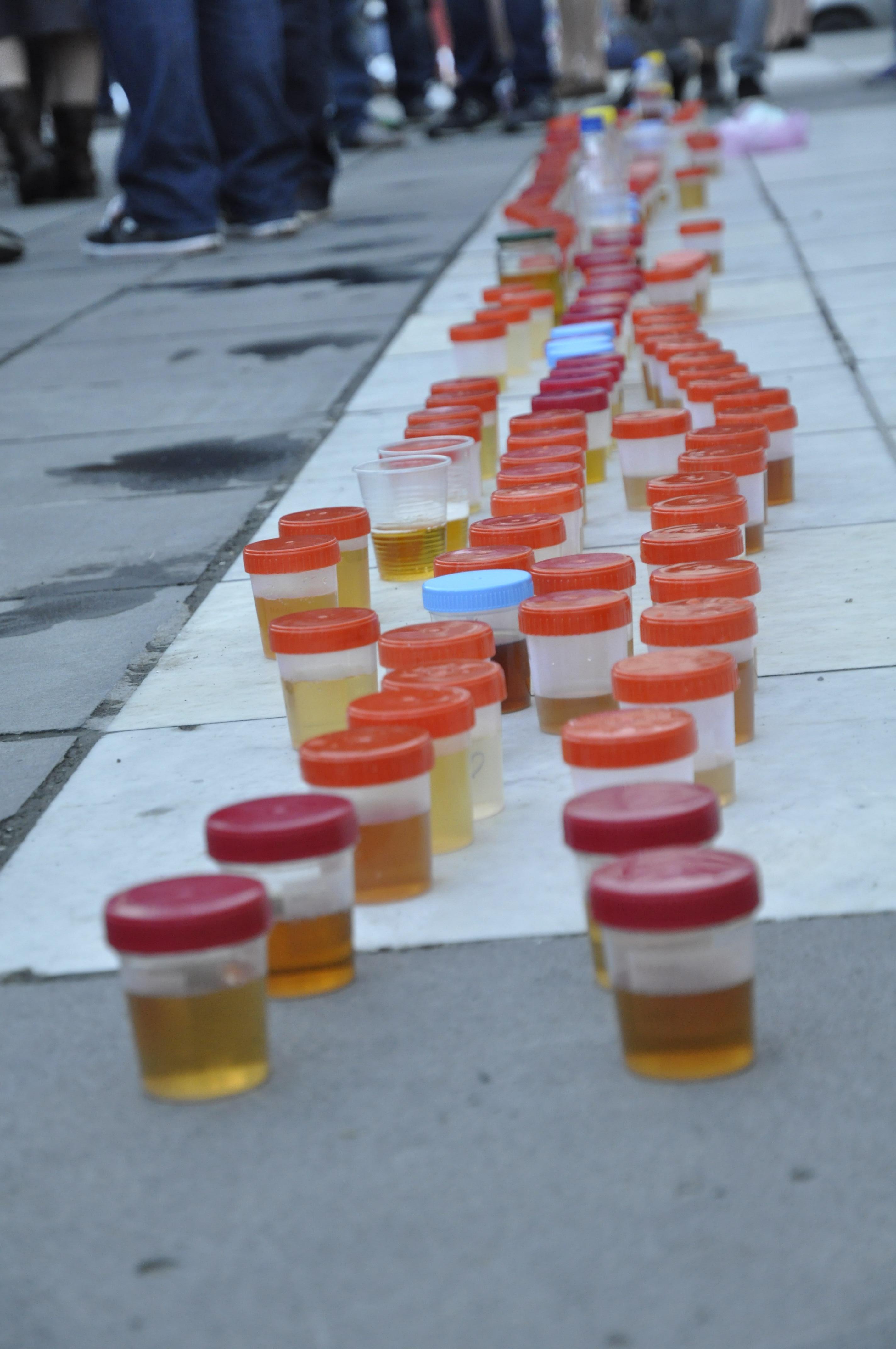 მოქალაქეებმა კანცელარიასთან შარდი მიიტანეს. აქცია ჰუმანური ნარკოპოლიტიკის მოთხოვნით. ფოტო: გივი ავალიანი / ნეტგაზეთი