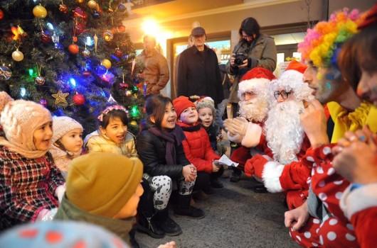 ბავშვები ახალი წელი შობა ნაძვის ხე სანტა