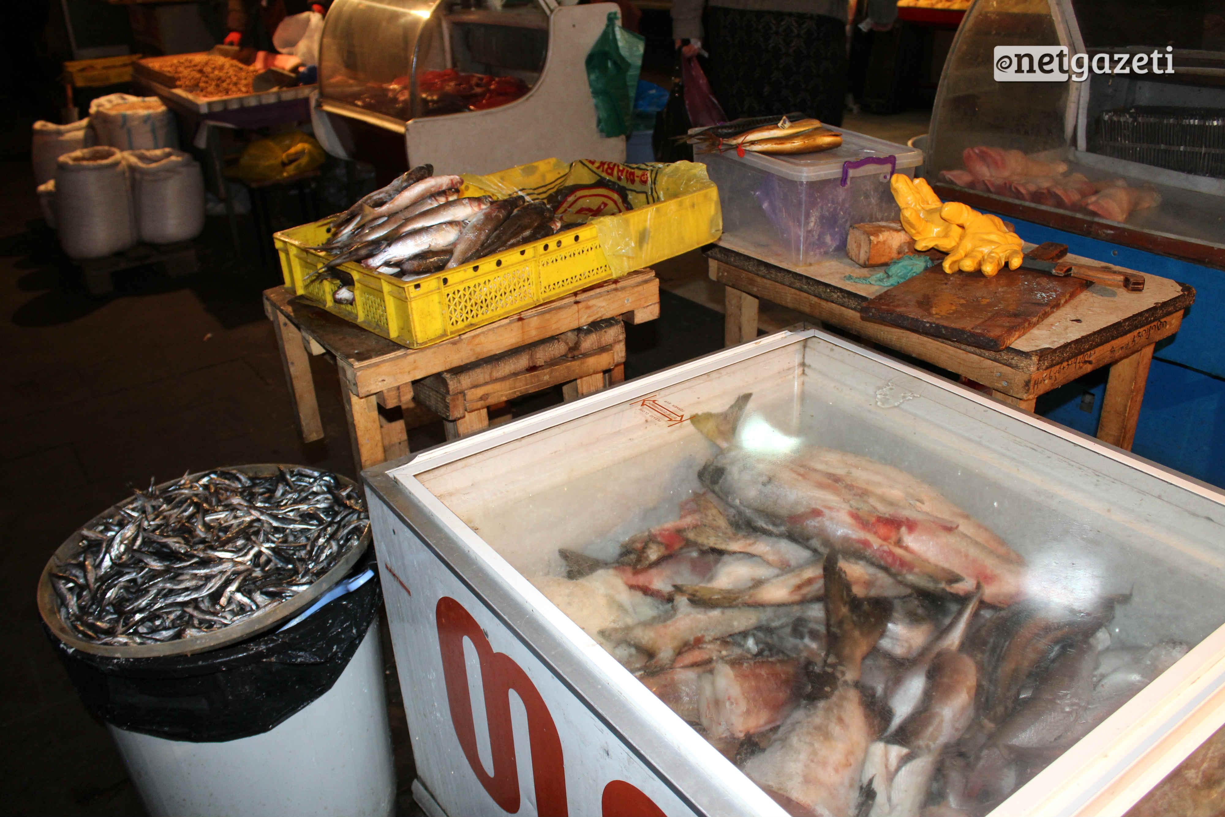 თევზი, ნიგოზი და თაფლი, თხილი, სოკო, მწნილი, ტყემალი და საწებელი. სუნელები, ყველი, სამწვადე ხორცი, ჩურჩხელა და ჩირი, ინდაური, ყველი, ხილი, თბილისის ცენტრალური ბაზარი. ფოტო: გიორგი დიასამიძე/ნეტგაზეთი