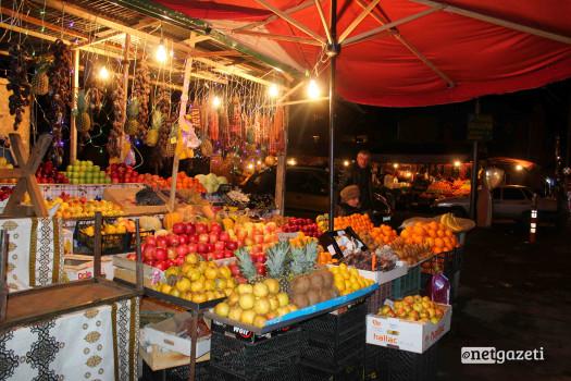 ხილი და ტკბილეული, ნიგოზი, საქონლის ხორცი, თევზი, ნიგოზი და თაფლი, თხილი, სოკო, მწნილი, ტყემალი და საწებელი. სუნელები, ყველი, სამწვადე ხორცი, ჩურჩხელა და ჩირი, ინდაური, ყველი, ხილი, თბილისის ცენტრალური ბაზარი. ფოტო: გიორგი დიასამიძე/ნეტგაზეთი