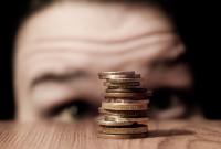 ქალი უყურებს ფულს. ფოტო: Emma-Brabrook-[Creative-Commons]