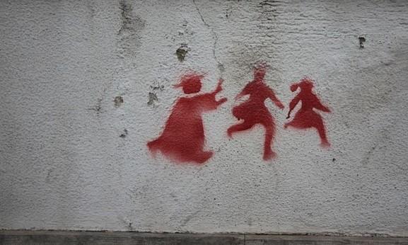 გრაფიტი ბავშვთა მიმართ ძალადობის წინააღმდეგ © Creative Commons