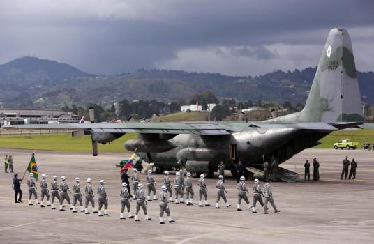 კოლუმბიის საჰაერო ძალების წევრებ ბრაზილიური თვითმფრინავის ჩამოვარდნის შედეგად დაღუპულთა ცხედრებს მოასვენებენ. 02.120.2016. ფოტო: EPA/MAURICIO DUENAS CASTANEDA