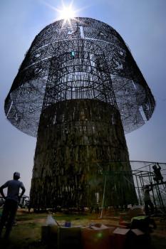 შრი ლანკაში 100 მეტრის სიმაღლის საშობაო ნაძვის ხის კონსტრუქციას აშენებენ © EPA/STR