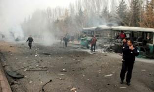 თურქული პოლიცია კაისერიში სამანქანო ბომბის აფეთქების ადგილას. მანქანა ჯარისკაცებით სავსე ავტობუსთან ახლოს აფეთქდა. 17.12.2016. ფოტო: EPA/DEPO PHOTOS