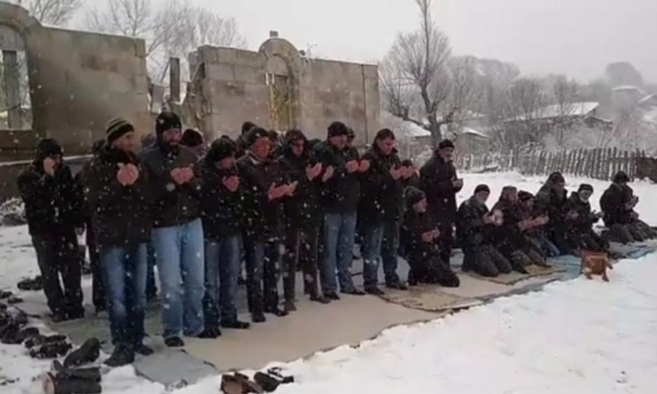 მოხეში მუსლიმები ღია ცის ქვეშ ლოცულობენ. ფოტო - TDI-ის ვიდეომასალიდან