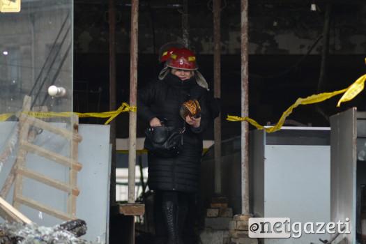 """""""ბავშვთა სამყაროში"""" ხანძრის შედეგად დაზადალებულების ნაწილი, რომლებსაც ნივტები შენობის საცავში ჰქონდათ შენახული. ნივთების გამოტანის საშუალება მისცეს, დანარჩენები საკუთარ რიგს შენობაში შესვლისთვის ამ დრომდე ელოდებიან 31.01.17 ფოტო: ნეტგაზეთი/მარიამ ბოგვერაძე"""