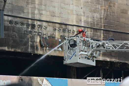 """""""ბავშვთა სამყაროს"""" შენობაში ხანძრის მცირე კერების ჩაქრობას მეხანძრეები  ხანძრის გაჩენიდან მეორე დღის განმავლობაშიც ცდილობდნენ 31.01.17 ფოტო: ნეტგაზეთი/მარიამ ბოგვერაძე"""