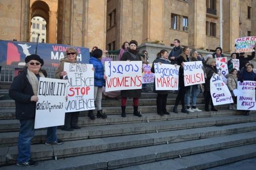 ქალთა მსვლელობის მონაწილეები 15 საათისთვის პარლამენტის სასახლესთან მივიდნენ და აქცია გამართეს. 21.01.2017. ფოტო: ნეტგაზეთი/ლუკა პერტაია