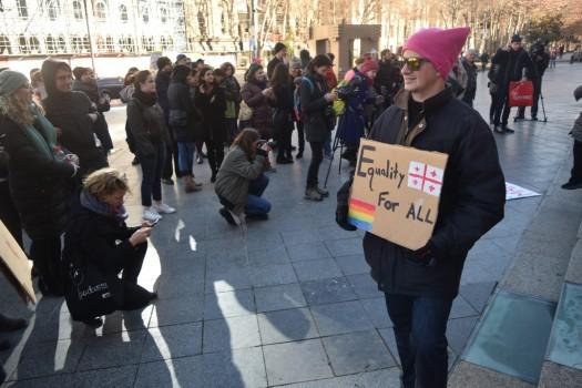 """""""თანასწორობა ყველასათვის"""" - წერია ბანერზე. 21.01.2017. ფოტო: ნეტგაზეთი/ლუკა პერტაია"""