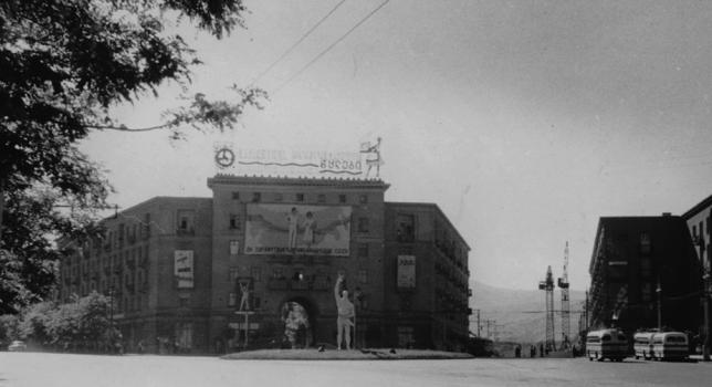 თბილისი, ვაკე 195 წელი. ფოტო აღებული Jumpstart Georgia-ს ვებგვერდიდან. ფოტოგრაფი უცნობია.