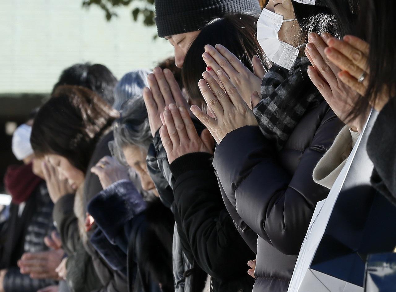 ტოკიო, იაპონია. 31 დეკემბერს მლოცველები ტაძარში იკრიბებიან და ღმერთს სურვლების ასრულებას შესთოვენ. ფოტო: EPA/KIMIMASA MAYAMA