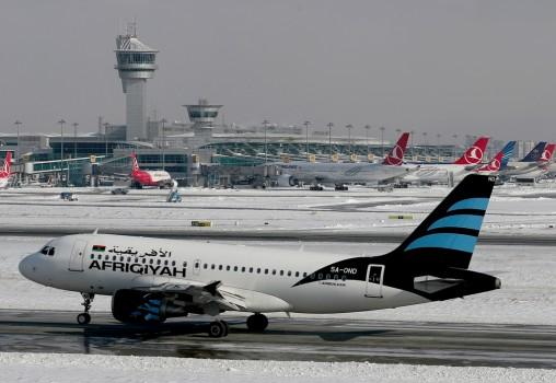 7 იანვირდან სტამბულში ჰაერის ტემპერატურამ 0-ს ქვემოთ ჩამოიწია, ძლიერმა თოვამ და ყინვამ ასობით ფრენის გადადება გამოიწვია.  ფოტო: EPA/TOLGA BOZOGLU EPA/SEDAT SUNA