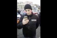 """საპოლიციო კონტროლი შეეხო """"ტაბულას"""" პროდიუსერ ლექსო მაჭავარიანსაც. მან ეს პროცესი Facebook-ის მომხმარებლებს პირდაპირ ეთერში შესთავაზა, სადაც ჩანს, რომ ერთ–ერთი პოლიციელი მისი პირადობის მოწმობით ხელში ელაპარაკება გაურკვეველ პირს, ხოლო მეორე დეტექტივი ლექსოს უღებს სმატრფონით."""