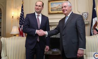 საქართველოს საგარეო საქმეთა მინისტრი მიხეილ ჯანელიძე [მარცხნივ]  აშშ აშშ-ს ახალ სახელმწიფო მდივანთან რექს ტილერსონსთან [მარჯვნივ] შეხვდა. 10 თებერვალი, ვაშინგტონი, აშშ. ფოტო: საქართველოს საგარეო საქმეთა სამინისტრო