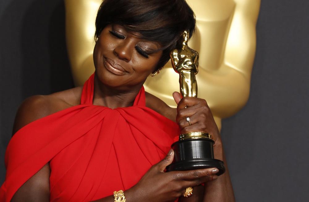 """მსახიობ ვაიოლა დევისს ოსკარი ქალის მეორეხარისხოვანი როლის საუკეთესოდ შესრულებისათვის გადაეცა ფილმისათვის """"წინაღობები"""" 26.02.17 ფოტო: EPA"""