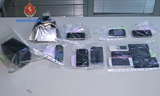 ამოღებული მობილური ტელეფონები და ფოტოაპარატი. სქრინი: შსს