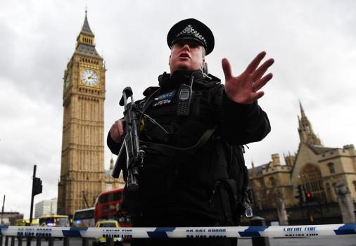 ლონდონში, პარლამენტთან შეიარაღებულმა თავდამსხმელმაერთი ადამიანი მოკლა, რამდნეიმე კი სროლის შედეგად დაშავდა. დაშავებულებს შორის არის ერთი პოლიციელიც, რომელსაც თავდამსხმელმა სავარაუდოთდანით მიაყენა ჭრილობა. ფოტო: EPA