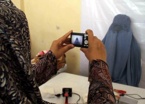 ავღანელი ქალი გეგმავს აიღოს პირადობის დამადასტურებელი მოწმობა, რათა არჩევნებში მიიღოს მონაწილეობა ფოტო: EPA/JALIL REZAYEE