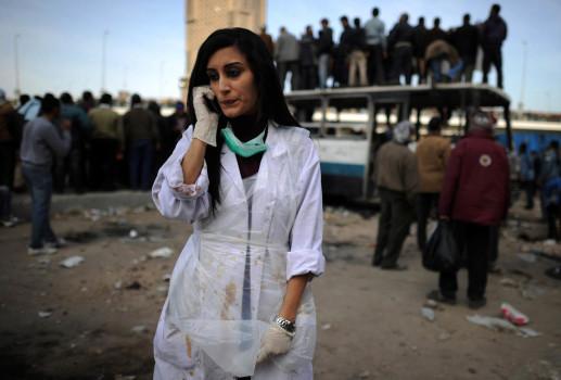 ეგვიპტელი ექიმი ადგილზე, სადაც ოპოზიციის მხარდამჭერებსა და მთავრობის მომხრეებს შორის ძალადობრივი დაპირისპირება რამდენიმე საათის განმავლობაში გრძელდებოდა. გავრცელებული ინფორმაციით, დაშავდა ასობით ადამიანი. ფოტო: EPA/HANNIBAL HANSCHKE