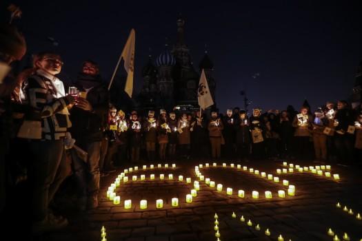 მოქალაქეებმა წითელ მოედანზე სანთლები აანთეს დედამიწის საათის აღსანიშნავად. მოსკოვი, რუსეთი. 25.03.2017.EPA/SERGEI ILNITSKY