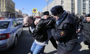 მოსკოვის ცენტრში დააკავეს ოპოზიციის მიერ ორგანიზებული საპროტესტო მარშის მონაწილე დააკავეს. 26.03.2017. EPA/YURI KOCHETKOV