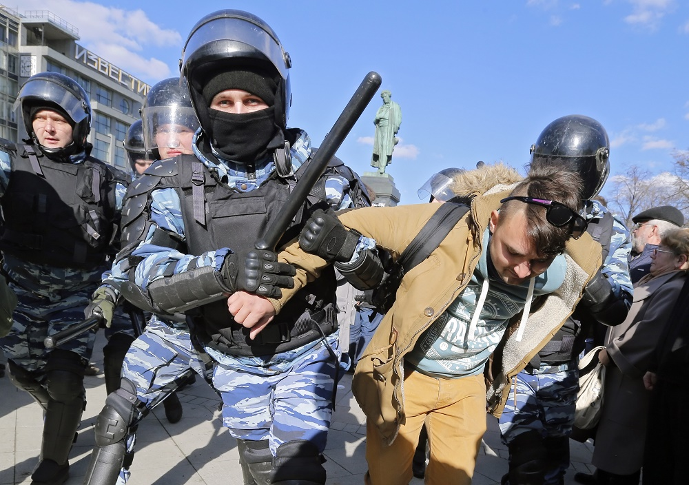 მოსკოვში არასანქცირებულ საპროტესტო აქციაზე ოფიციალური ვერსიით 500 კაცი დააკავეს. 26.03.17 ფოტო: EPA/MAXIM SHIPENKOV