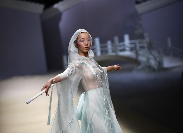 ჩინელი დიზაინერის, შიონ ინსს ჩვენება. ფოტო: EPA.