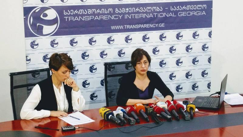 ეკა გიგაური და ლიკა საჯაია. ფოტო: საერთაშორისო გამჭვირვალობა - საქართველო.