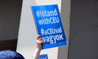"""წარწერა პლაკატზე: """"მე ვდგავარ CEU-ის გვერდით"""". ფოტო: ნეტგაზეთი/ქეთი მაჭავარიანი 21/04.2017"""