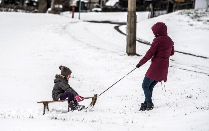 ალტენბერგი, გერმანია. ქალი ციგით ასეირნებს ბავშვს. ფოტო: EPA/FILIP SINGER