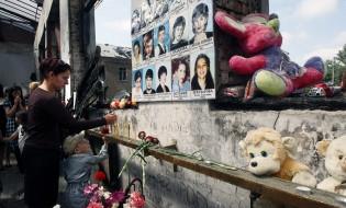 ბესლანის სკოლაში დაღუპულთა მემორიალი ფოტო: EPA/SERGEI CHIRIKOV