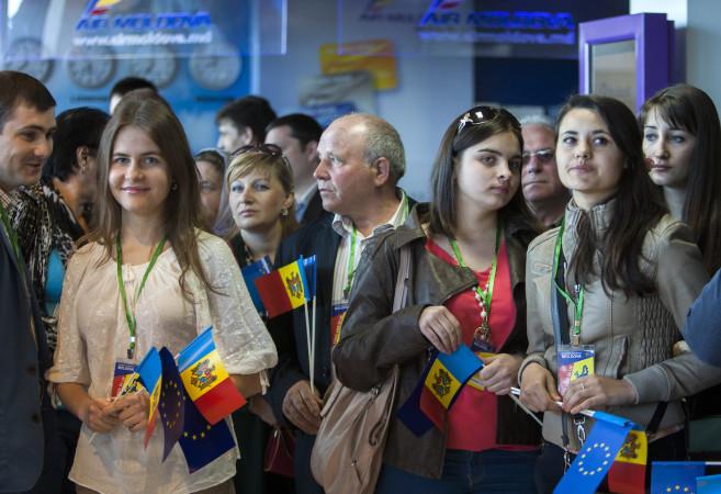 მოლდოველი სტუდენტები ელოდებიან პირველ რეისს და უვიზო ფრენას კიშინოვიდან. 2014 წლის 28 აპრილი © EPA/DUMITRU DORU