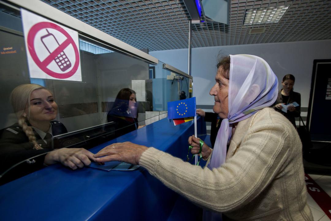 ერთ-ერთი პირველი მგზავრი, რომელმაც 2014 წლის 28 აპრილს მოლდოვიდან ევროპაში უვიზოდ იფრინა © EPA/STR