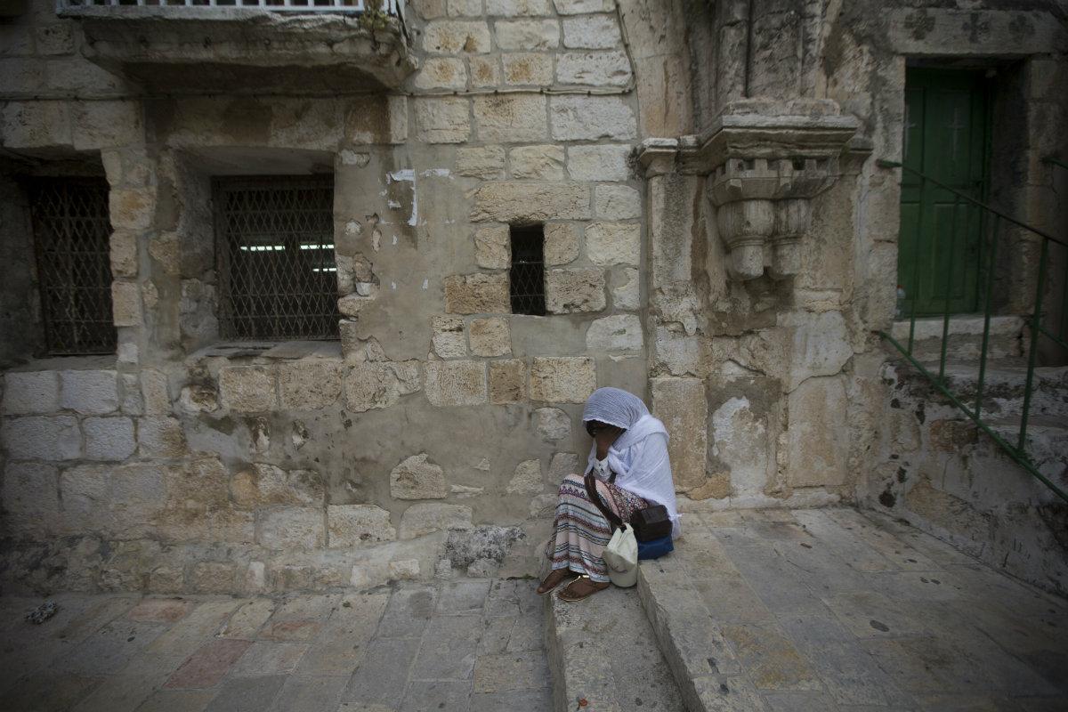 ეთიოპიელი ქალი ლოცულობს იერუსალიმის წმინდა სამების ეკლესიაში. იერუსალიმი, ისრაელი. 12.04.2017. ქრისტიანები წმინდა კვირას აღნიშნავენ აღდგომამდე. ფოტო: EPA/ATEF SAFADI