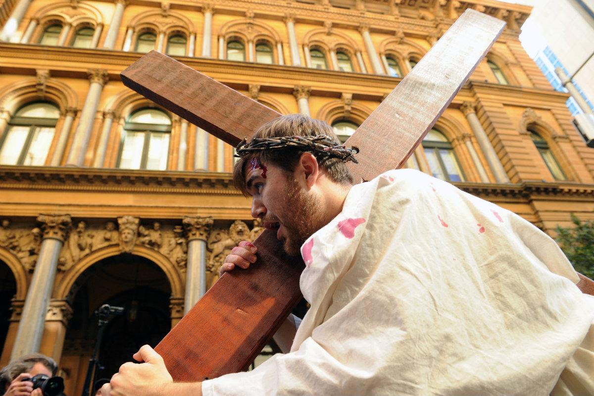"""არტისტი ბრენდან პაულ თამაშობს იესო ქრისტეს როლს და ჯვრით ხელში """"გოლგოთას გზას"""" გადის. აღდგომა სიდნეიში, ავსტრალია. 14.04.2017. ფოტო: EPA/JOEL CARRETT"""