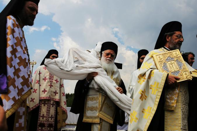 ბერძნული მართლმადიდებლური ეკლესიის მღვდლებს მიაქვთ ქრისტეს გამოსახულებით ჯვარი დროს ათენის მონასტერში, საბერძნეთი. 14.04.2017. ფოტო: EPA/ALEXANDROS VLACHOS