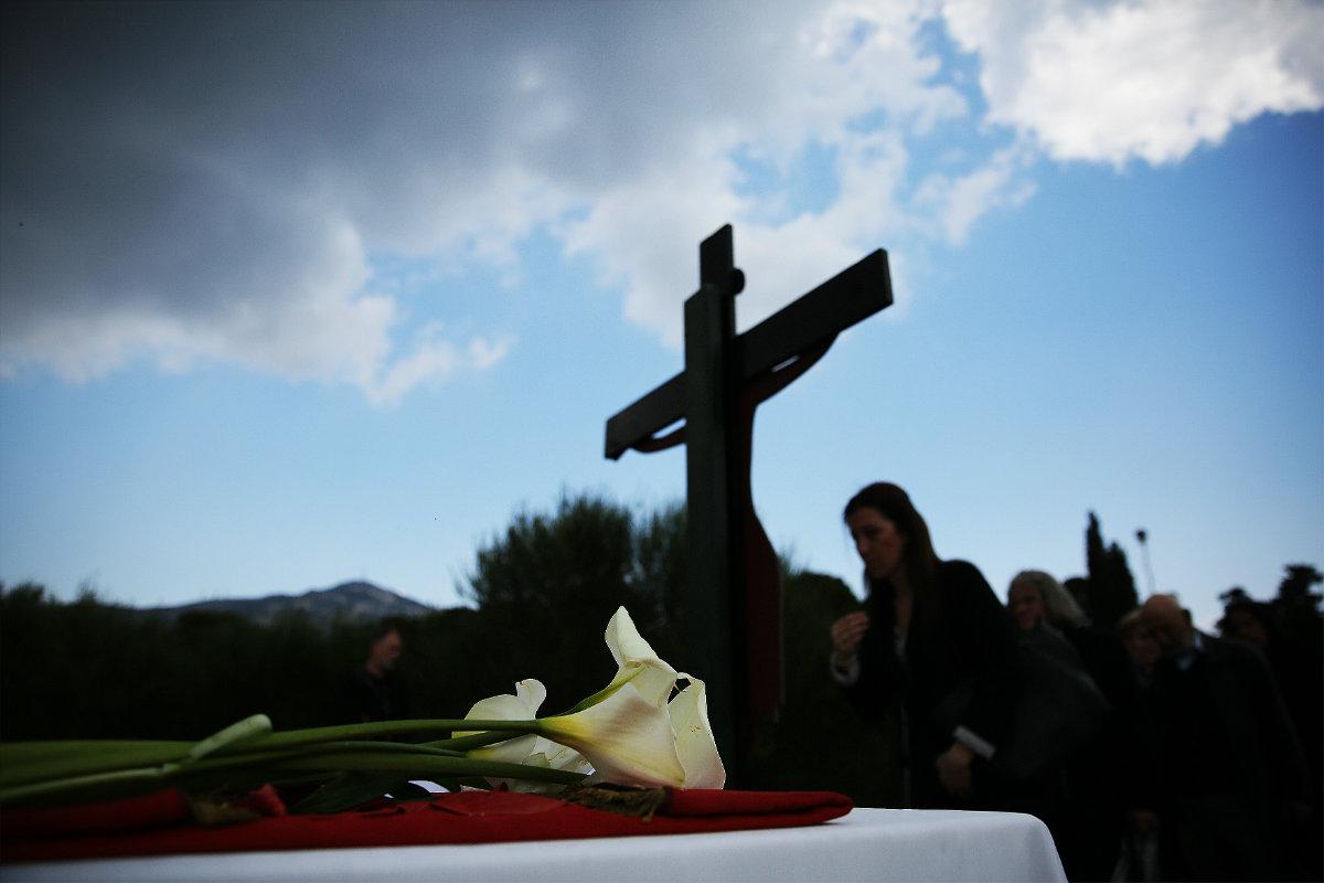 მორწმუნეები ეთაყვანებიან რელიგიური რიტუალის დროს ჯვარს ვნების კვირაში. ათენი, საბერძნეთი. 14.04.2017. ფოტო: EPA/ALEXANDROS VLACHOS