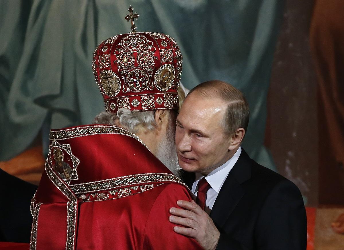 რუსეთის პატრიარქი კირილი და პრეზიდენტი ვლადიმერ პუტინი მოსკოვში, საკათედრო ტაძარში 15.04.17 ფოტო: EPA/YURI KOCHETKOV