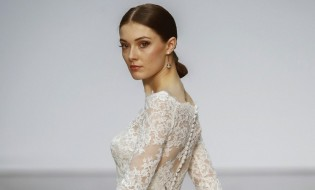 epa05913431 A model presents a wedding dress by Spanish designer Hannibal Laguna on the first day of the Wedding Fashion Week at the Cibeles Cristal Palace in Madrid, Spain, 18 April 2017. The Wedding Fashion Week runs from 18 to 21 April.  EPA/Emilio Naranjo