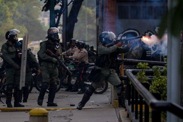 პოლიცია აქციის მონაწილეების დასაშლელად ცრემლსადენ გაზს იყენებს. ფოტო: EPA/MIGUEL GUTIERREZ 19.04.2017