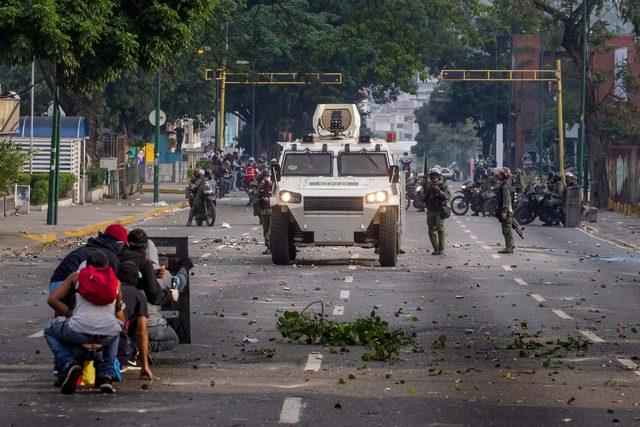 დემონსტრანტების შეტაკება პოლიციასთან. ვენესუელა, კარაკასი. ფოტო: EPA/MIGUEL GUTIERREZ 19.04.2017