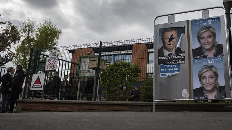 """საპრეზიდენტო არჩევნები საფრანგეთში. ფოტოზე ჩანს """"ეროვნული ფრონტის"""" ლიდერის, მარი ლე პენის საარჩევნო პოსტერი ფოტო: EPA/IAN LANGSDON"""