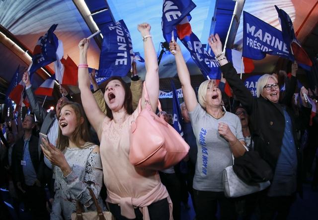 """საფრანგეთის საპრეზიდენტო არჩევნებში რადიკალი მემარჯვენე პარტიის, """"ეროვნული ფრონტის"""" ლიდერის, მარი ლე პენის მხარდამჭერები წინასწარ შედეგებს ზეიმობენ. ფოტო: EPA/OLIVIER HOSLET"""