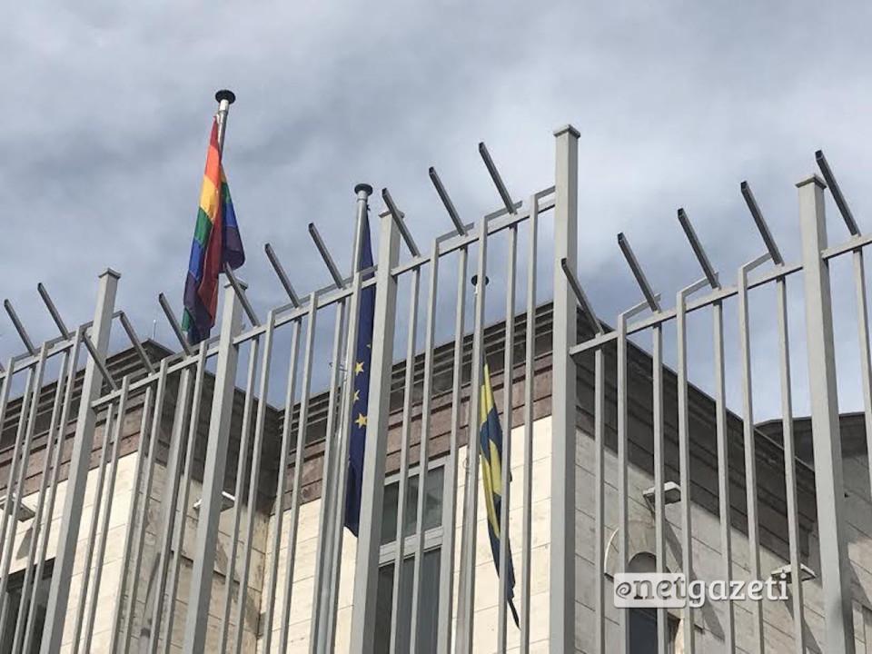 დროშა ერევანში დიდი ბრიტანეთის საელჩოს შენობაზე